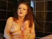 Video porno amatrice poilue se gode sous la douche